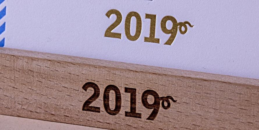 Тиснение логотипа на настольном календаре
