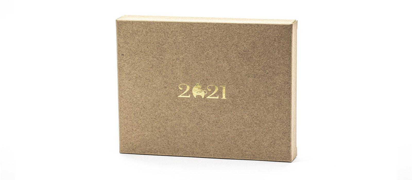 Календарь CLASSIC MINI 2021 на деревянной подставке.