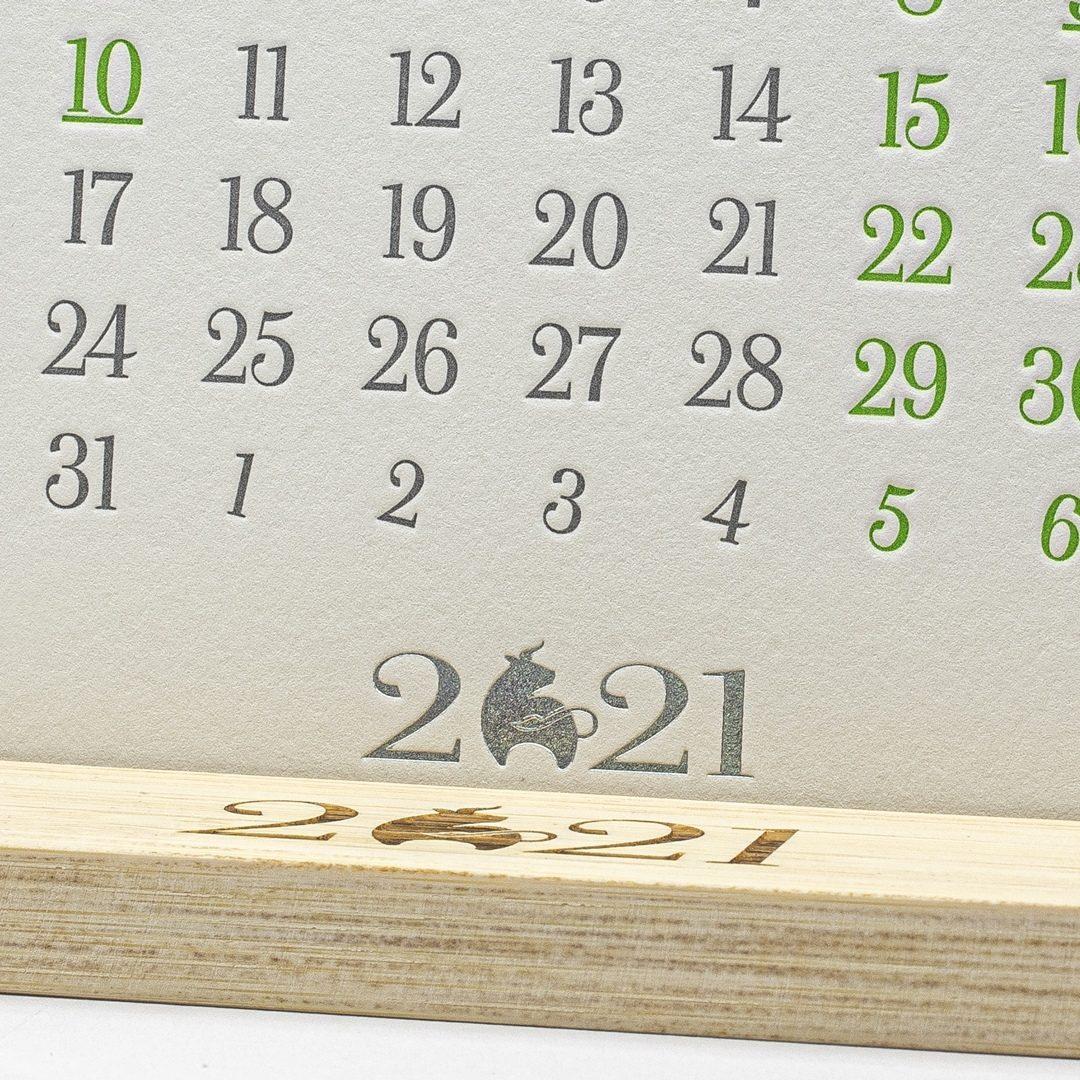 Подставка для календаря из бамбука.