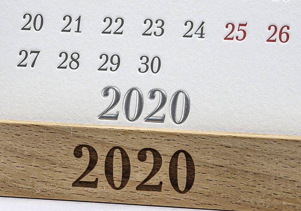 Оригинальный календарь на подставке из дерева